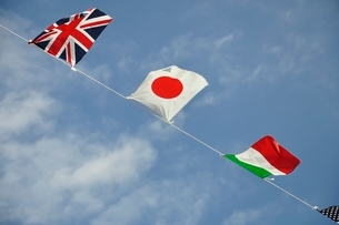 青空に翻る万国旗の写真素材 [FYI02996212]