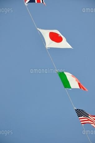 青空に翻る万国旗の写真素材 [FYI02996213]