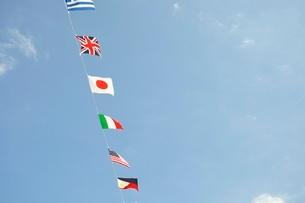 青空に翻る万国旗の写真素材 [FYI02996214]