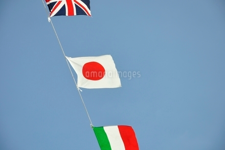 青空に翻る万国旗の写真素材 [FYI02996215]
