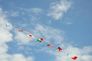 青空に翻る万国旗の写真素材 [FYI02996216]
