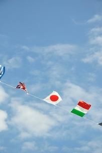 青空に翻る万国旗の写真素材 [FYI02996217]