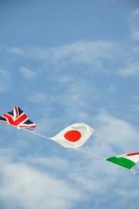 青空に翻る万国旗の写真素材 [FYI02996218]