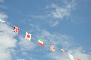 青空に翻る万国旗の写真素材 [FYI02996219]
