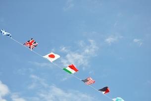 青空に翻る万国旗の写真素材 [FYI02996220]