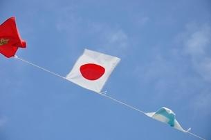 青空に翻る万国旗の写真素材 [FYI02996228]