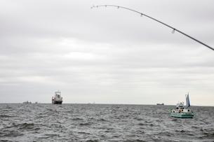 東京湾で海釣りの写真素材 [FYI02996258]