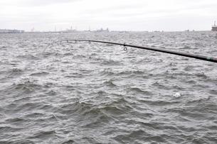 東京湾で海釣りの写真素材 [FYI02996259]