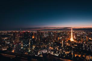夜明けの東京都心の写真素材 [FYI02996332]