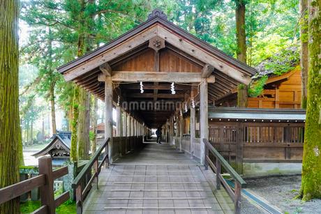 神社の回廊の写真素材 [FYI02996458]