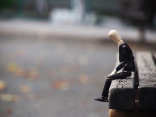 公園のベンチでうな垂れる疲れたサラリーマンの写真素材 [FYI02996740]