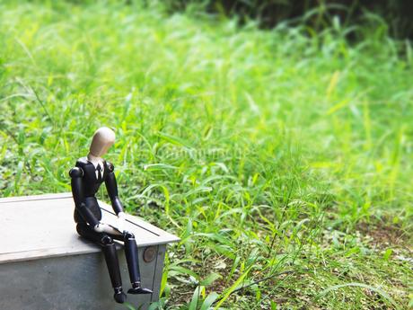 疲れたサラリーマンと緑の背景の写真素材 [FYI02996741]