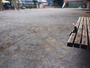 公園のベンチでうな垂れる疲れたサラリーマンの写真素材 [FYI02996747]
