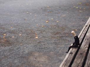 公園のベンチでうな垂れる疲れたサラリーマンの写真素材 [FYI02996748]