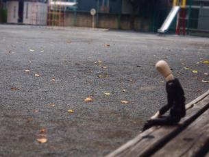 公園のベンチでうな垂れる疲れたサラリーマンの写真素材 [FYI02996749]