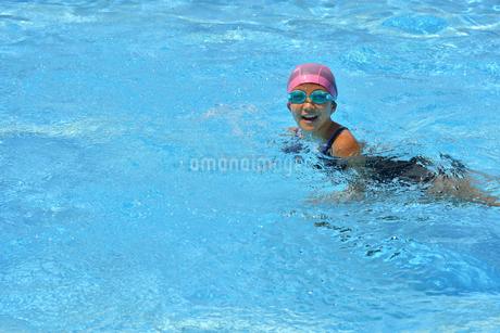 プールで泳ぐ女の子の写真素材 [FYI02996757]