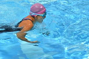 プールで泳ぐ女の子(平泳ぎ)の写真素材 [FYI02996758]