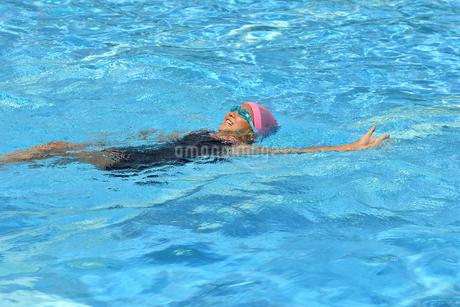 プールで泳ぐ女の子の写真素材 [FYI02996759]