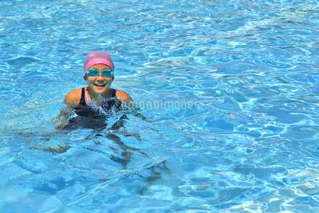 プールで泳ぐ女の子の写真素材 [FYI02996760]