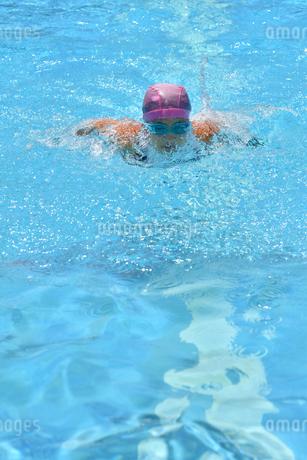 プールで泳ぐ女の子(バタフライ)の写真素材 [FYI02996761]