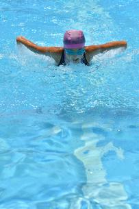 プールで泳ぐ女の子(バタフライ)の写真素材 [FYI02996762]