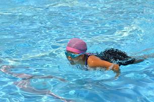プールで泳ぐ女の子(バタフライ)の写真素材 [FYI02996763]