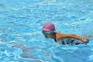 プールで泳ぐ女の子(バタフライ)の写真素材 [FYI02996764]