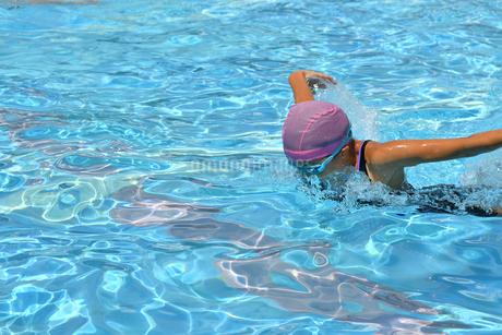 プールで泳ぐ女の子(バタフライ)の写真素材 [FYI02996765]