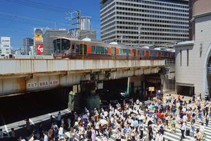 大阪駅前の横断歩道と通行人の写真素材 [FYI02996818]