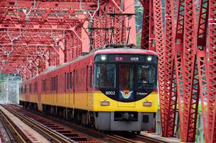 鉄橋を渡る京阪電鉄の特急列車の写真素材 [FYI02996842]