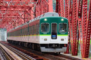 鉄橋を渡る京阪電鉄の準急列車の写真素材 [FYI02996843]