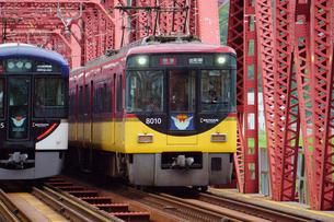 鉄橋を渡る京阪電鉄の特急列車の写真素材 [FYI02996844]