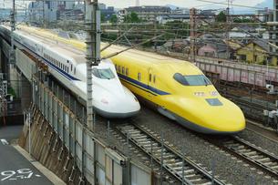新幹線 ドクターイエローとN700系の写真素材 [FYI02996862]