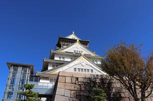 大阪城天守閣と青空の写真素材 [FYI02996872]