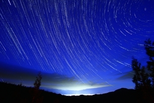 夜空に流れる星の写真素材 [FYI02996898]