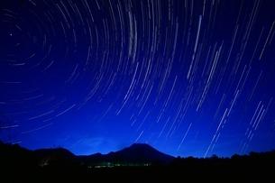 夜空に流れる星の写真素材 [FYI02996899]