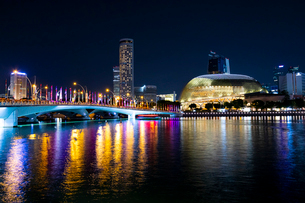 マリーナベイ、コンサートホールとエスプラネード橋の写真素材 [FYI02996936]