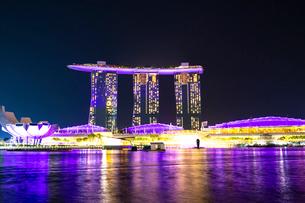 シンガポール、夜のマリーナベイの写真素材 [FYI02996939]