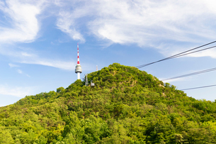 南山、Nソウルタワーに向かうケーブルカーの写真素材 [FYI02996997]