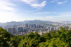南山から望むソウル中心部の写真素材 [FYI02997003]