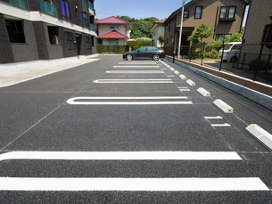 住宅街の駐車場の写真素材 [FYI02997018]