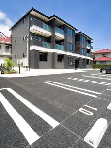 住宅街の駐車場の写真素材 [FYI02997020]