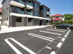 住宅街の駐車場の写真素材 [FYI02997021]