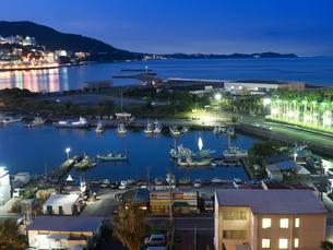夕暮れの熱海港の写真素材 [FYI02997064]