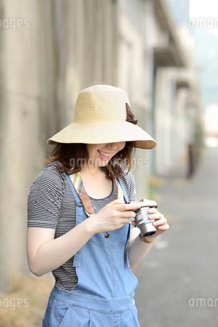 カメラ女子の写真素材 [FYI02997105]