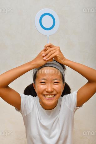 マルを出す女の子(○×プレート)の写真素材 [FYI02997220]