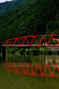 赤い橋 木曽川の写真素材 [FYI02997231]