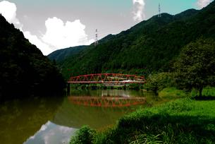 赤い橋 木曽川の写真素材 [FYI02997232]