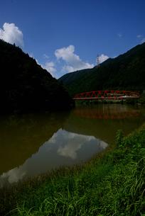 赤い橋 木曽川の写真素材 [FYI02997234]