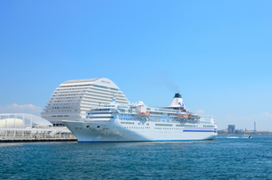 神戸港とクルーズ船の写真素材 [FYI02997256]